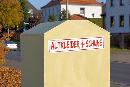 Altkleider und Schuh Container vor dem MAGAZIN Halsenbach